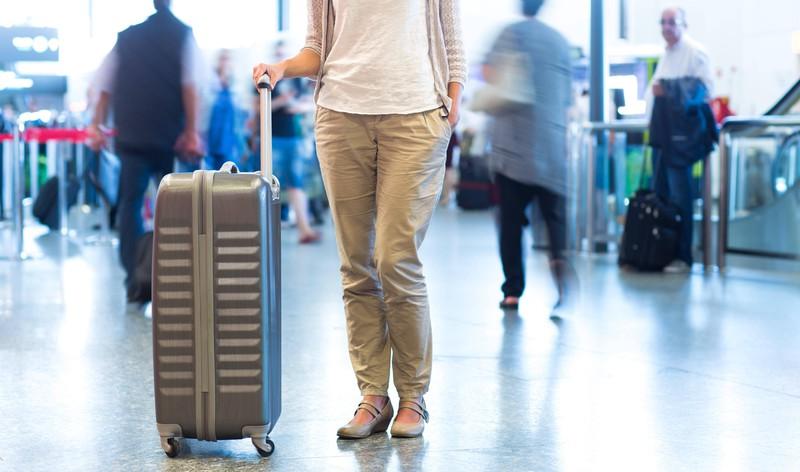 Das Bordpersonal achtet auf verbotene Gegenstände im Gepäck.