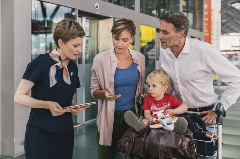 Die Flugbegleiterin merkt sich, wo die Passagiere sitzen werden.