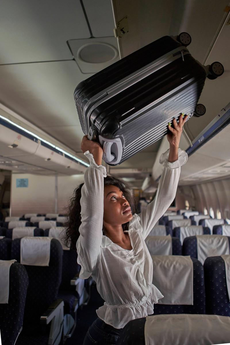 Die Passagierin hat darauf geachtet, dass ihr Handgepäck den vorgegebenen Maßen entspricht.