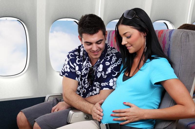 Schwangere Frauen dürfen nur bis zu einer bestimmten Woche mit dem Flugzeug reisen.