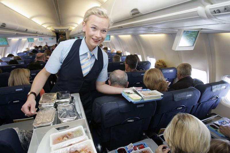 Während des gesamten Fluges achtet die Board Crew darauf, dass die Passagiere nicht zu viel trinken.