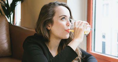 Getränke No-Go: Das solltet ihr niemals im Flugzeug trinken