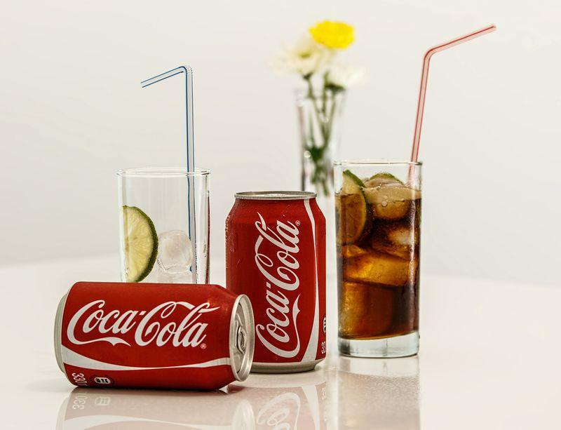 Deswegen sollte man keine Cola im Flugzeug trinken