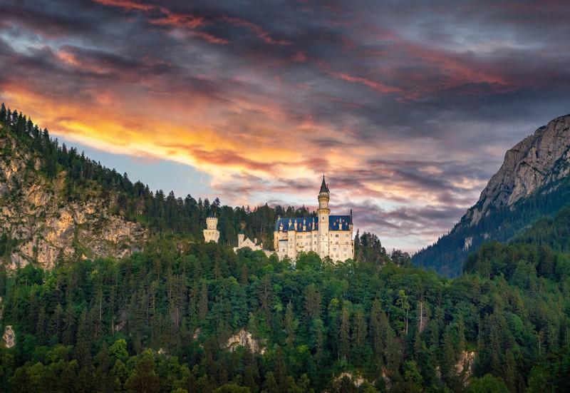 Das schöne Schloss Neuschwanstein liegt in Bayern.