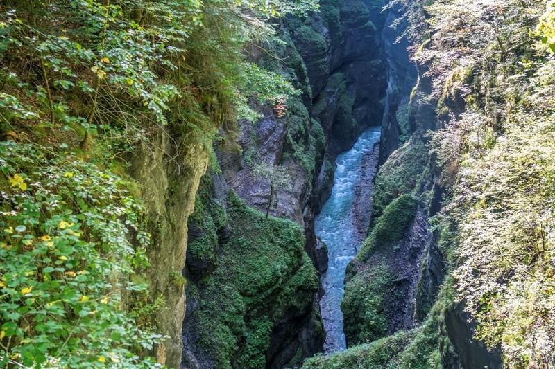 Die 1912 zum Naturdenkmal erklärte Partnachklamm mit ihren wilden Wasserfällen, Stromschnellen und Gumpen wird dich sofort in ihren Bann ziehen