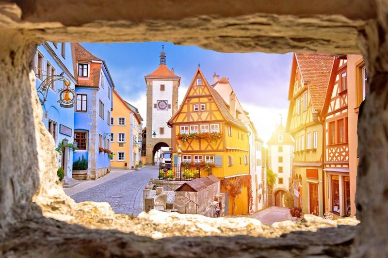 Märchenhaft: Die begehbare Stadtmauer, die den Stadtkern noch vollständig einschließt.