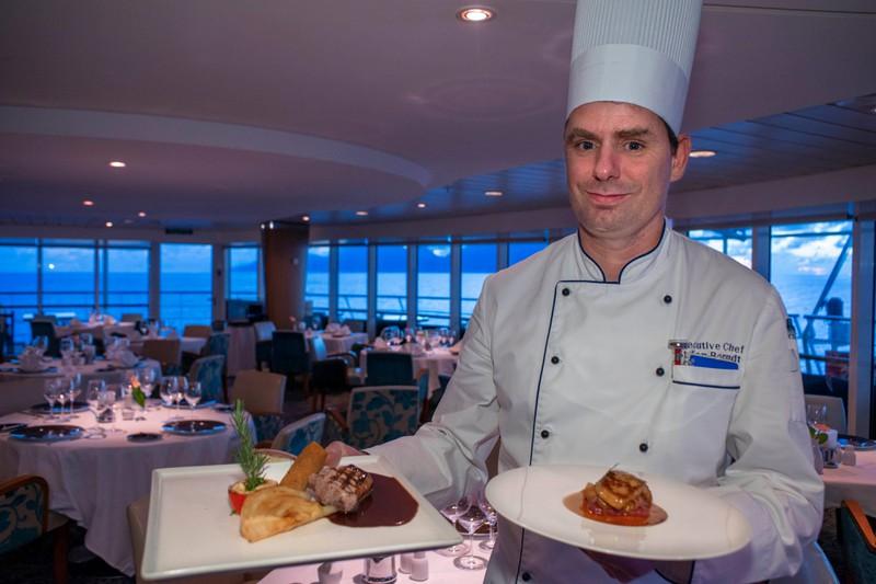 An Bord eines Kreuzfahrtschiffes isst man schon mal mehr, wenn es so viel gutes Essen gibt.