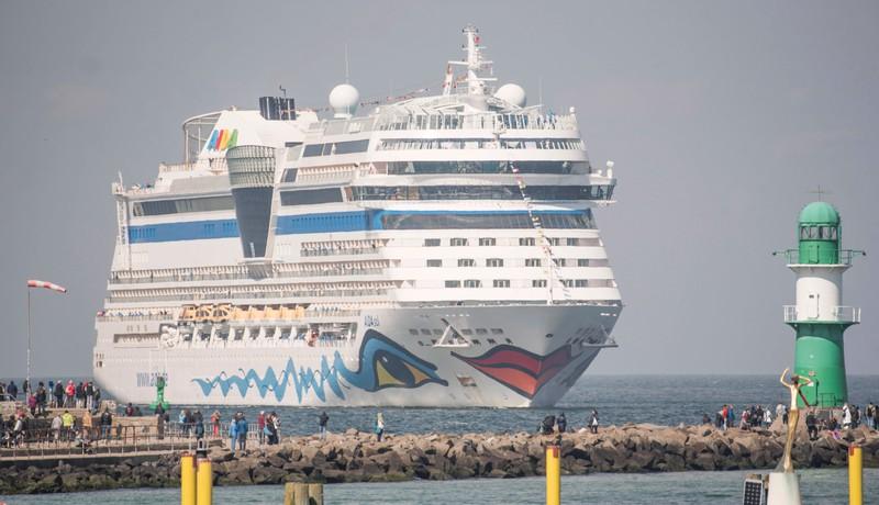 Dadurch, dass auf Kreuzfahrtschiffen so viele Menschen auf geringem Platz leben, können an Bord Epidemien ausbrechen.