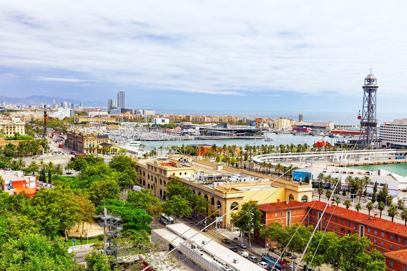 Zu sehen ist die Stadt Barcelona bei Tageslicht.