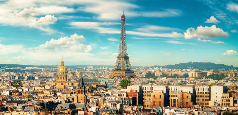 Zu sehen ist die Stadt Paris mit dem Eiffelturm.