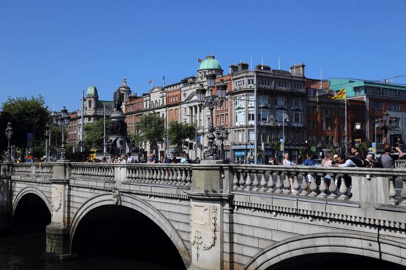 Zu sehen ist eine Brücke in der Stadt Dublin