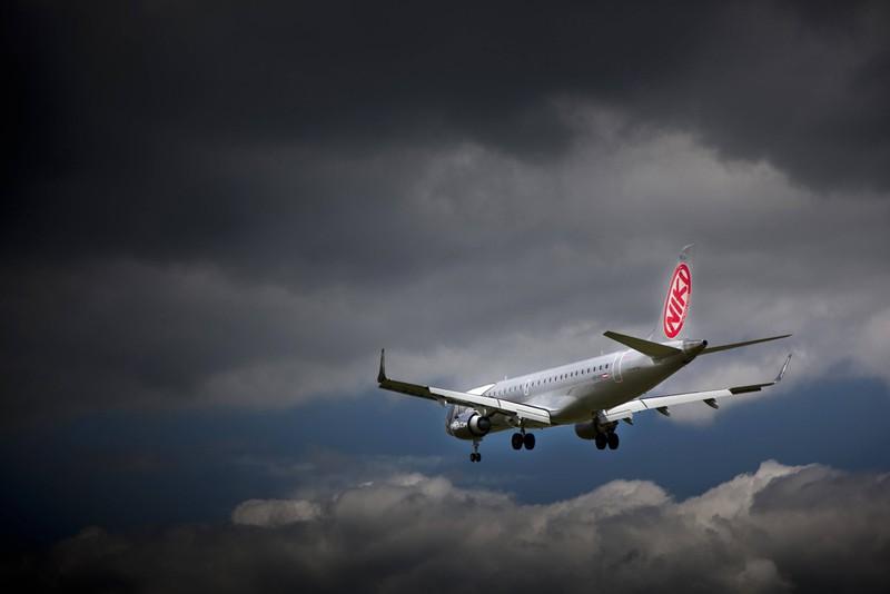 Ein Flugzeug ist abgebildet und es geht um das Reisen alleine.