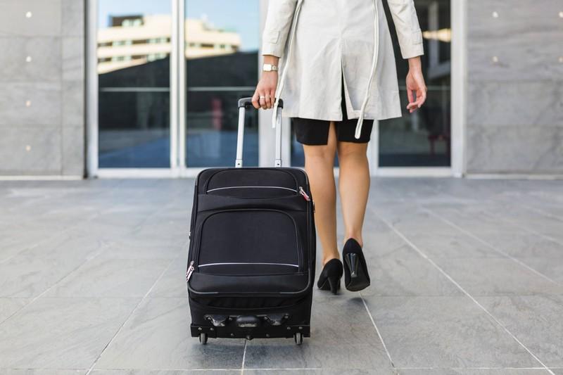 Ein Koffer ist auf dem Bild und es geht um alleine reisen.
