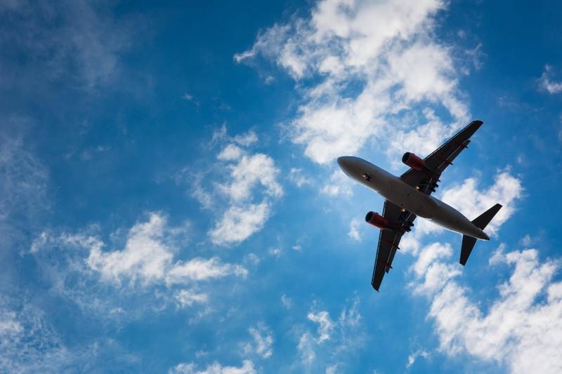 Zu sehen ist ein Flugzeug und es geht um alleine reisen.