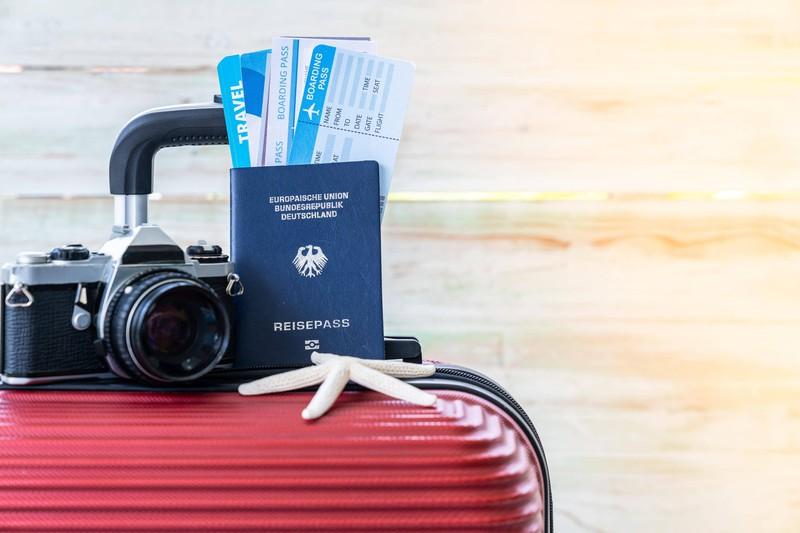 Zu sehen ist ein Koffer mit Reisepass und es geht um das Reisen alleine.
