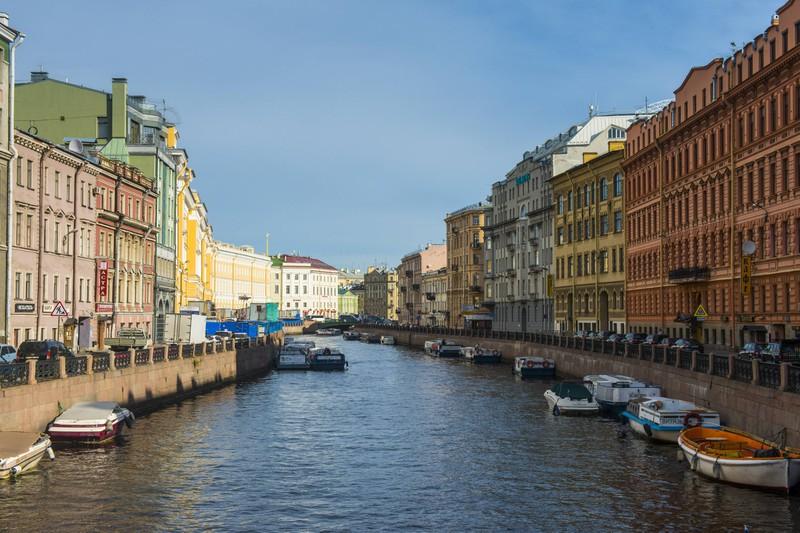 Auf den Kanälen Sankt Petersburgs lassen sich die Sehenswürdigkeiten der Stadt wunderbar bestaunen.
