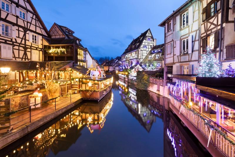 Eine Fahrt durch Klein-Venedig in Colmar im Elsass bietet eine malerische Szenerie.