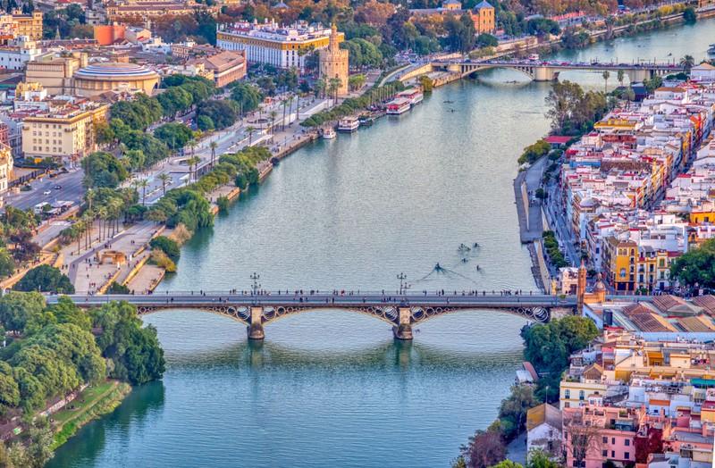 Sevilla fasziniert vor allen Dingen durch die wunderschöne Stadt.