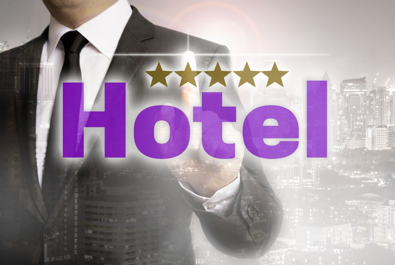Ein Hotel ist zu sehen und es geht um günstige Hotelangebote.