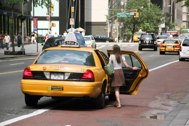 Man sieht eine Frau, die in ein Taxi einsteigt und es geht um günstige Hotelangebote.