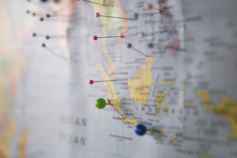 Dieses Bild zeigt eine Weltkarte, auf der mehrere Ziele markiert sind.