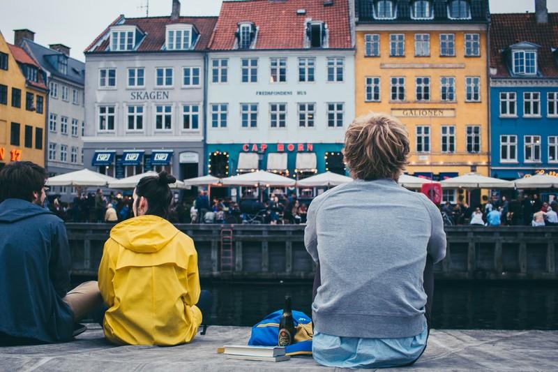 Dieses Bild zeigt einen Menschen auf einem Städtetrip, der sich die Stadt anschaut.