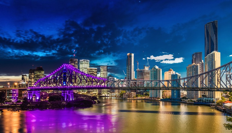 Die Skyline der Stadt liegt direkt an dem bekannten Fluss.