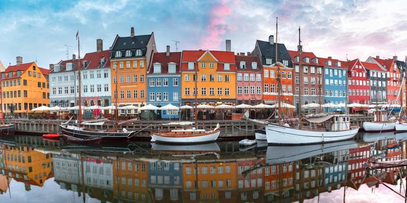 Die wunderschöne Stadt Kopenhagen erkennt man an der einzigartigen, bunten Architektur.