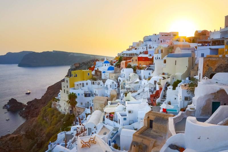 Man sieht Griechenland und es geht um günstige Reiseziele weltweit.