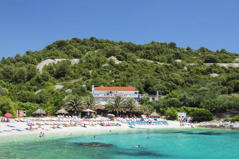 Im kroatischen Hvar kann man schön im September einen Strandurlaub machen.