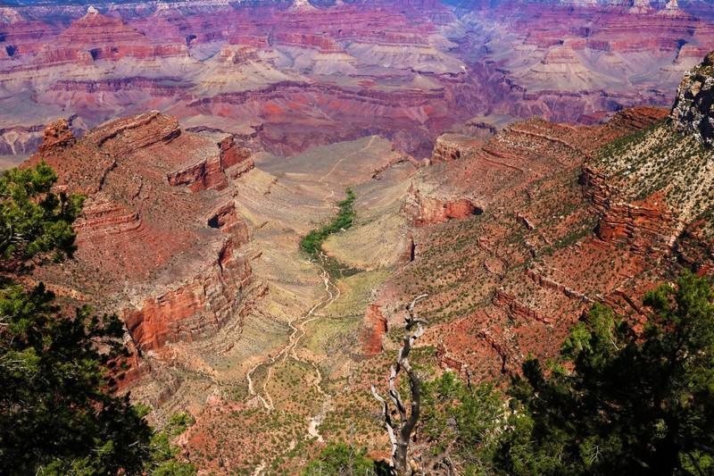 Man sieht den Grand Canyon und es geht um ein Länder Quiz.