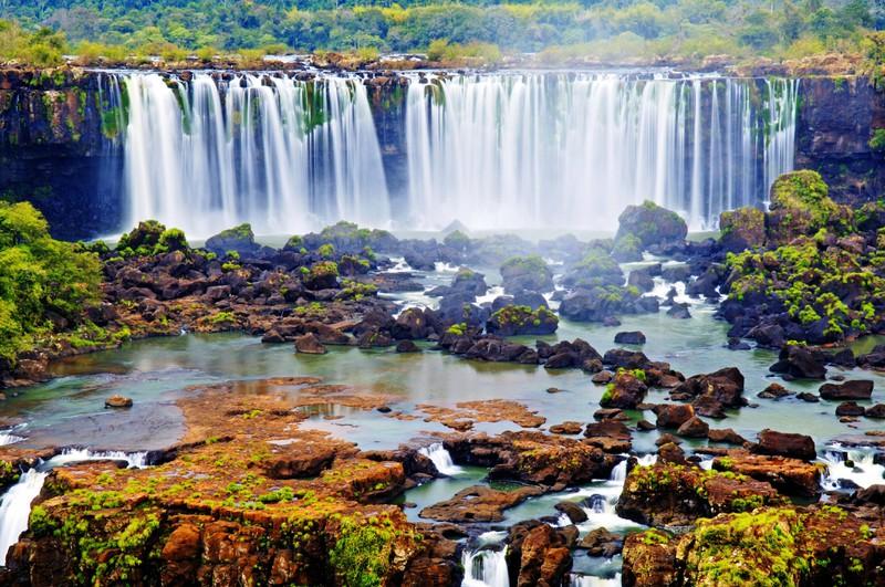 Man sieht einen Wasserfall und es geht um ein Länder Quiz.