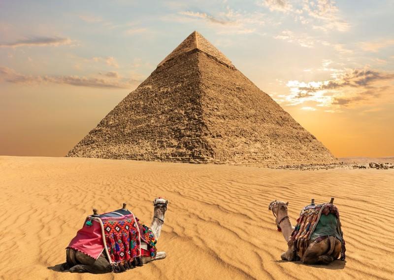 Man sieht Pyramiden und es geht um ein Länder Quiz.