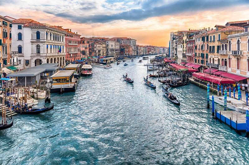 Man sieht Venedig in Italien und es geht um ein Länder Quiz.