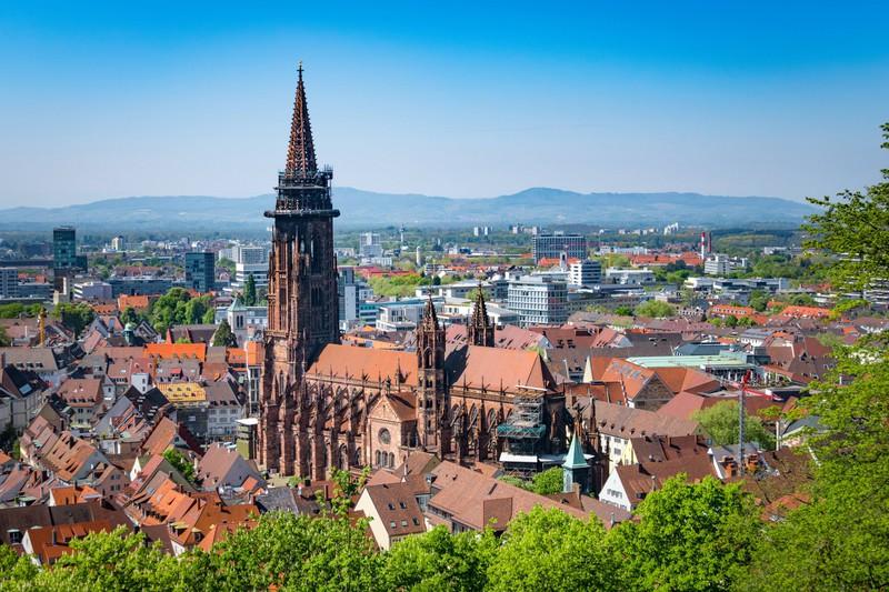Dieses Bild zeigt die Stadt Freiburg in Deutschland.