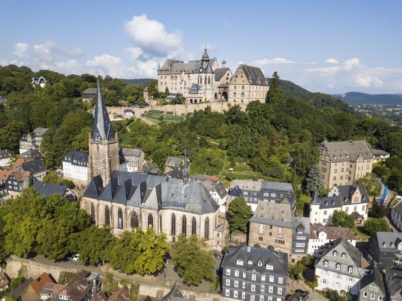 Dieses Bild zeigt die Stadt Marburg in Deutschland.