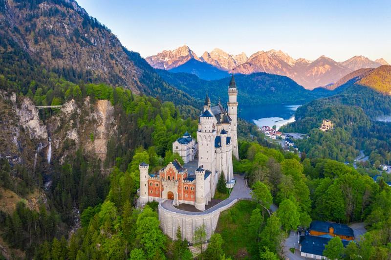 . Im Ortsteil Hohenschwangau stehen die berühmten Königsschlösser Neuschwanstein und Hohenschwangau.