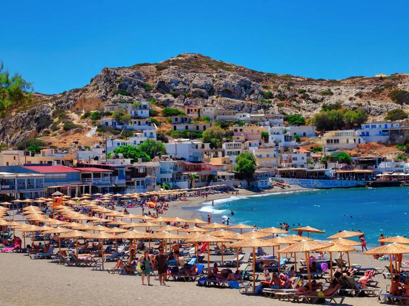Der Strand Matala auf Kreta zieht jährlich viele Touristen an.