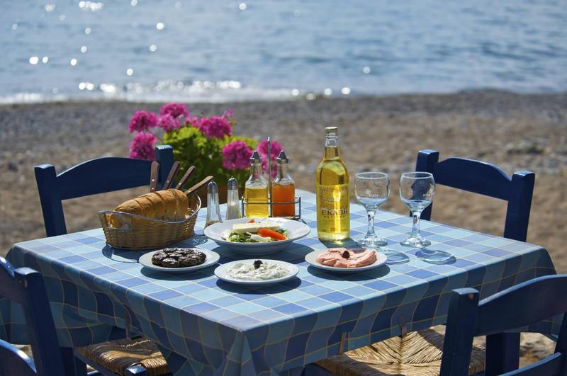 Wir sehen einen Stranf auf Kreta, wo Gastfreundschaft groß geschrieben wird.