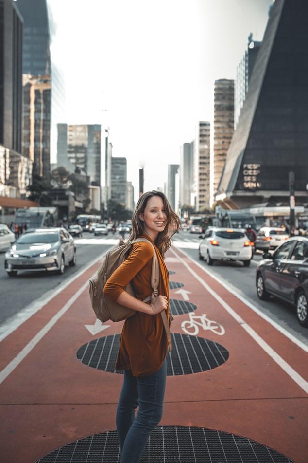 Frau, die minimalistisch mit wenig Gepäck verreist