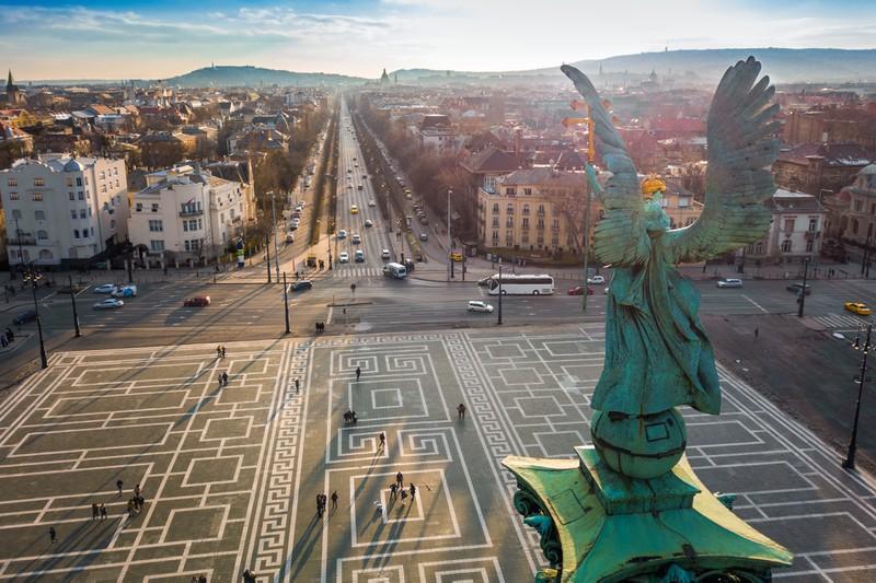 Engelsstatue oberhalb eines großen Platzes