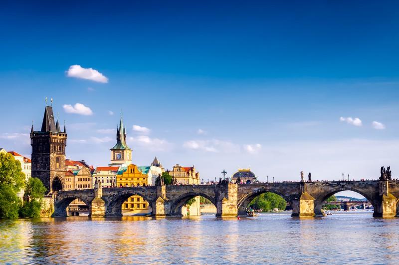 Historische Brücke über einem Fluss