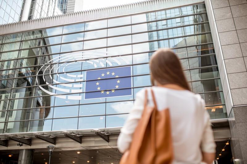 Frau steht vor dem EU-Parlament in Brüssel