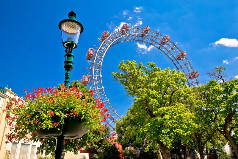 Großes Riesenrad in einem Park