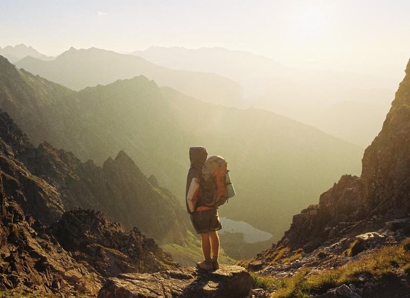 Mann beim Backpacking in den Bergen