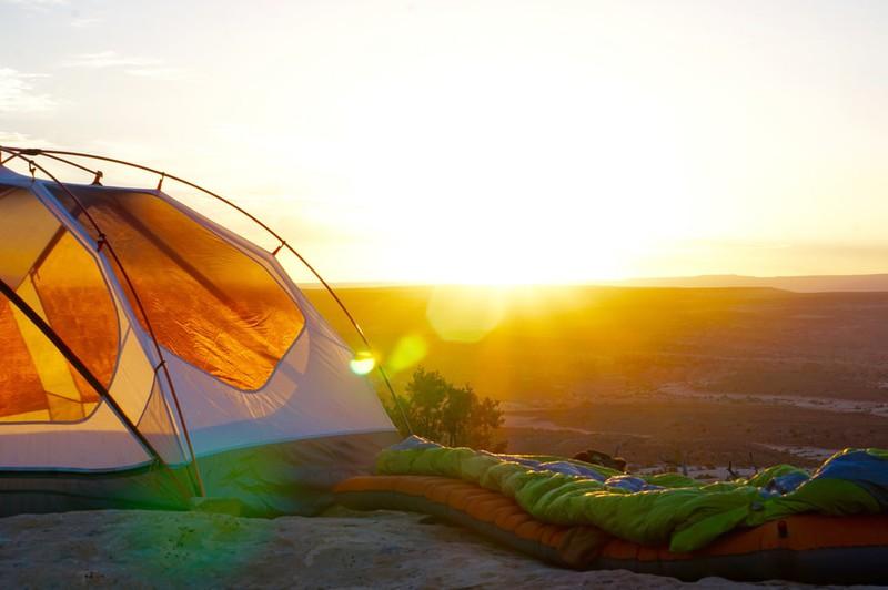 Zelt und Schlafsack, die bei Backpacking dabei sein müssen