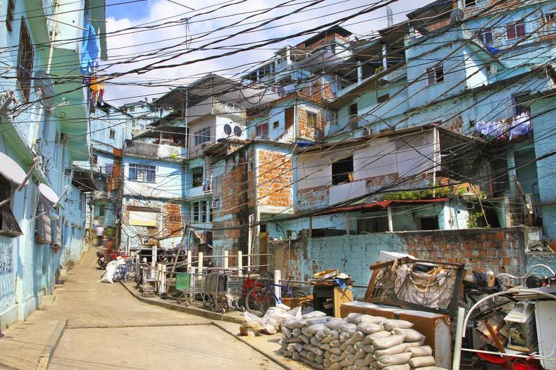 Die bunten Favelas in den Bergen von Rio.