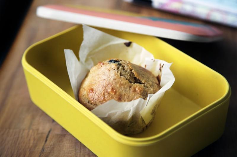Brotdose mit leckerem Muffin als Reise-Snack.