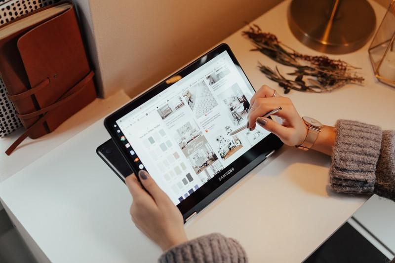 Tablet, auf dem man unterwegs Serien und Filme anschauen kann