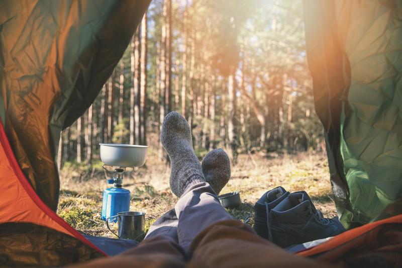 Camper liegt im Zelt in Lettland